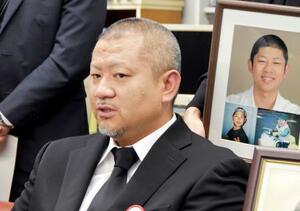 提訴後、記者会見する自殺した石崎来輝さんの父親=26日午後、札幌市
