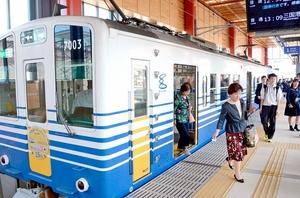 2018年度の乗客数が過去最多となったえちぜん鉄道。通勤定期と観光・イベント目的の利用が大幅に伸びた=福井県福井市の福井駅