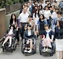 子宮頸がんワクチン訴訟の提訴のため、23都道府県に住む15~22歳の女性63人が4地裁に一斉提訴。東京地裁に入る原告ら=2016年7月