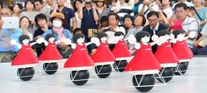 一糸乱れぬチアダンスを披露するロボット=5日、福井市のハピリンの屋根付き広場ハピテラス
