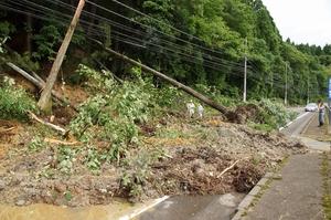 大雨の影響で国道365号をふさいだ土砂崩れ=7月8日午前8時半ごろ、福井県越前町下河原