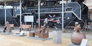 本町第3公園に移設され、SLと「共演」する銀河鉄道999の像=福井県敦賀市本町2丁目