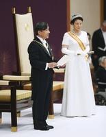 「即位後朝見の儀」でお言葉を述べられる天皇陛下と皇后さま=5月1日午前11時14分、宮殿・松の間(代表撮影)