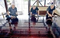 職人工房に漆の光沢 鯖江・漆器協組 伝統工芸士が塗装