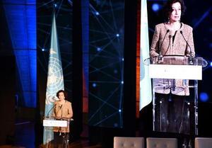 4日、パリのユネスコ本部で開かれた人工知能の倫理に関する国際会議で演説するアズレ事務局長(共同)