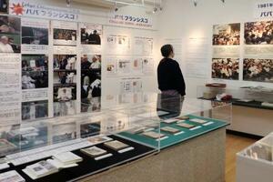 「浦上キリシタン資料館」で開かれている、ローマ教皇フランシスコの人柄などを紹介する特別展=20日、長崎市