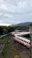 台湾北東部で特急脱線18人死亡