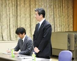 総合教育会議であいさつする杉本博文町長(右)=27日、福井県池田町能楽の里文化交流会館