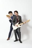 来年1月21日深夜スタートのシンドラ『節約ロック』に主演するKAT-TUNの上田竜也(右)と共演のジャニーズWEST・重岡大毅(左) (C)NTV・JS