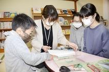 地区の図書室へ、児童が本の修復