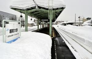構内に雪が残るJR越前大野駅=15日、福井県大野市弥生町