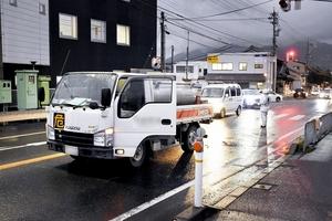 横断歩道を渡っていた歩行者をはねたトラック=10月30日、福井県敦賀市布田町の国道8号