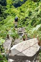 岩やがれきが散在する「仏御前の滝」の遊歩道=7月31日、福井県大野市仏原