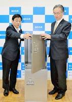 実証実験を行う宅配ボックスを示す橋本達也市長(右)と中島裕章総括主幹=18日、福井県あわら市役所