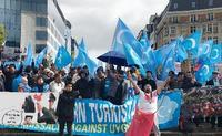 「世界の街から」抵抗者の広場で