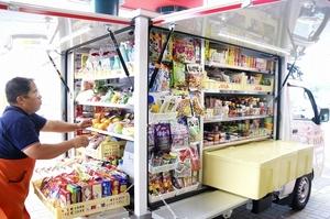 30日からの販売車の運行に向け、商品の陳列などを確認するスタッフ=福井市のワイプラザグルメ館新保店前