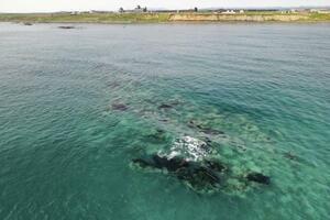 北海道猿払村の沖約500メートルにあるとされる「エサンベ鼻北小島」付近=5月