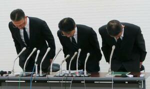 記者会見で謝罪する東京消防庁の清水洋文次長(左)ら幹部=13日午後、東京消防庁本部庁舎