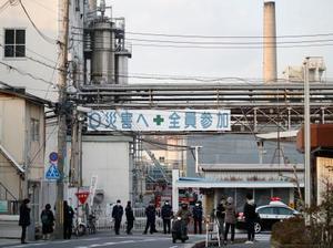 火災が発生した「ユニチカ宇治事業所」の工場=8日午後4時9分、京都府宇治市