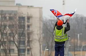 ロ朝首脳会談を前にロシア・ルースキー島の幹線道路沿いに飾り付けされる北朝鮮とロシアの国旗。左奥は極東連邦大=23日(共同)