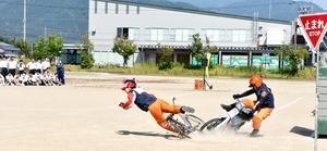自転車事故実演、中学生怖…