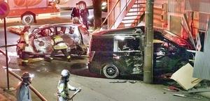パトカーに追跡されていた乗用車と軽乗用車が衝突した事故現場=11月27日午前3時25分ごろ、福井県福井市花月2丁目(読者提供)