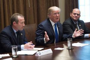 米ホワイトハウスで与野党の議員と協議するトランプ大統領(中央)=13日(UPI=共同)
