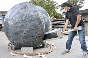 「鬼滅の刃」の原作漫画に登場する大岩を模したモニュメント。廃材をフル活用した=10月20日、福井県鯖江市内