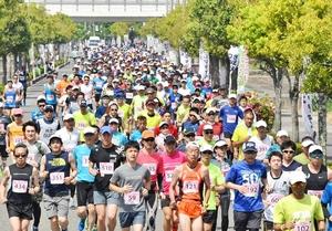 2019年の鯖江つつじマラソンで快走するランナー=5月、福井県鯖江市