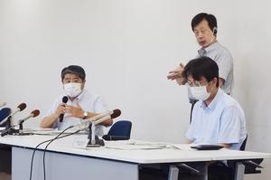 6人の新型コロナウイルス感染確認について会見する福井県幹部=26日、県庁