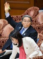 衆院予算委で答弁のため挙手する北村地方創生相=27日午前