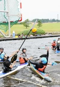 カヌーポロ 艇操る水上格闘技