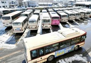 雪の影響で大幅にダイヤが乱れ、調整のため車庫に戻ってきた路線バス=15日午前11時55分ごろ、福井市日之出5丁目
