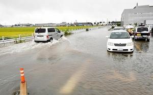 冠水した道路=25日午前11時40分ごろ、福井市大和田2丁目
