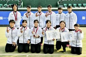 全国高校選抜テニス女子団体で準優勝した仁愛女子の選手たち=25日、福岡県福岡市の博多の森テニス競技場