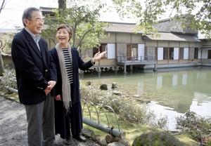 福井県福井市の養浩館庭園を訪れた秋山さん夫妻。今回の長期滞在では福井市内のマンションに約6週間滞在し、県内各地を訪ね歩いた=同市宝永3丁目