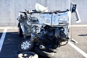 事故で大破した軽トラック=17日午前、群馬県警渋川署