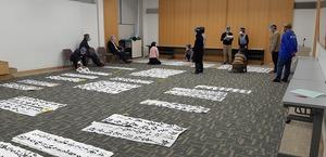 福井県かきぞめ競書大会の第1次審査の様子=1月16日、福井新聞社