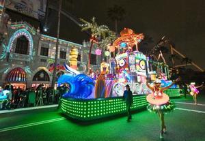 報道陣に公開された、USJの「ユニバーサル・スペクタクル・ナイトパレード」=16日夜、大阪市