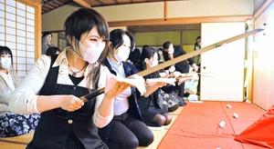 かまたきみこさんがプロデュースした福井市の養浩館での「お刀入門女子会」。全国から応募が殺到した=4月22日