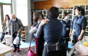 旧多良木高校の避難所が閉鎖となり、別れを惜しむ女性(中央左)=31日午後、熊本県多良木町