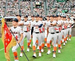 開会式ではつらつと入場行進する坂井ナイン=8日、甲子園
