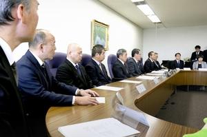 教員の働き方改革に向け決意表明する教育関連の組織・団体の代表者=2月12日、福井県庁