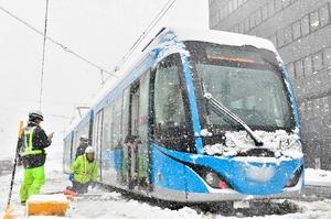 雪で立ち往生する福井鉄道のフクラム=1月12日、福井市中央1丁目
