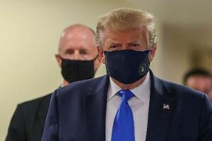 11日、米ワシントン近郊のウォルター・リード軍医療センターで、マスクを着けたトランプ大統領(ロイター=共同)