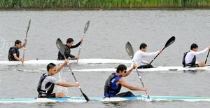 北潟湖でスプリントの練習に取り組む金津高カヌー部員たち=6月3日、あわら市北潟