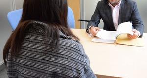 インターネット上の誹謗中傷について、弁護士に相談するユキさん(画像の一部を加工しています)=2月
