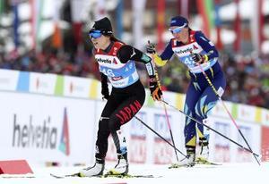 世界ノルディックの距離女子30キロフリーで力走する石垣寿美子(左)=ゼーフェルト(共同)