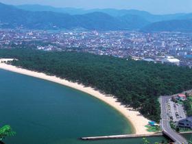 白砂青松が美しい日本三大松原のひとつ