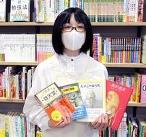 児童に200冊以上の本を無償配布するイベントを企画するアクシュの担当者=福井県福井市のエルパ